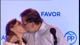 Rajoy fa un petó a la seva dona al balcó de la seu del carrer Génova