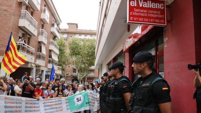 """Agents de la Guàrdia Civil davant la seu d'""""El Vallenc"""" (ACN)"""
