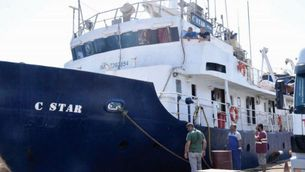 Alarma per la presència del vaixell contra el rescat de refugiats a la Costa Brava