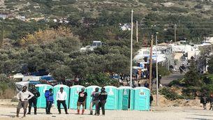 Al camp de Samos hi caben oficialment 648 persones, però als voltants n'hi ha més de 6.000.