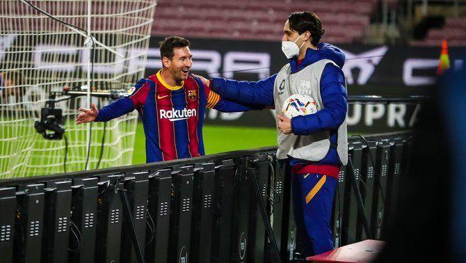 Messi celebra el gol amb un recollidor de pilotes en el Barça-Getafe