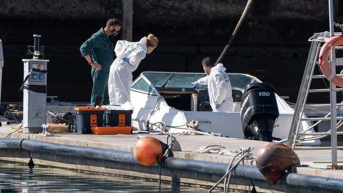 Agents de la policia científica inspeccionen l'embarcació del pare de les nenes desaparegudes