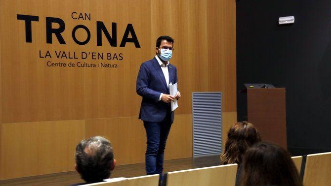 Aragonès s'adreça als membres del govern a l'espai de la Vall d'en Bas on fan les convivències (ACN/Lourdes Casademont)