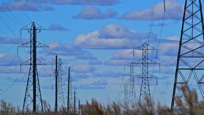 Paisatge amb torres elèctriques i núvols al cel (Pexels)