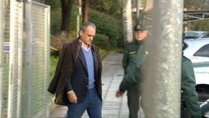 L'exbanquer sortint a primera hora del matí de les dependències de la Guàrdia Civil quan va ser detingut, a l'abril