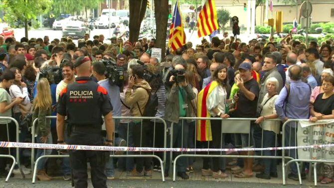 Centenars de persones a la Ciutat de la Justícia en suport als detinguts per l'1-O