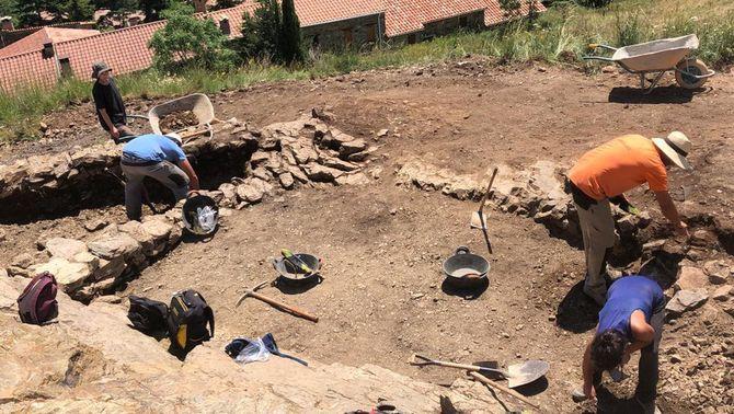 Pla general amb membres de l'equip d'arqueòlegs treballant a la Torre de Campelles en una imatge publicada el 31 de juliol del 2019. (Hori…