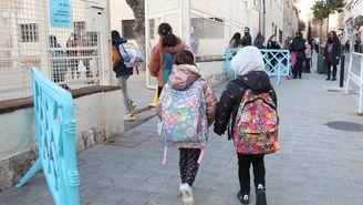 Alumnes del CEIP Sant Pau de Figueres entrant a l'escola després de les vacances de Nadal, aquest 11 de gener del 2021 (Horitzontal)