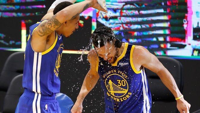 Stephen Curry es llueix davant els Denver Nuggets