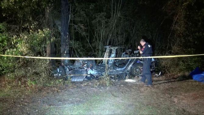 """Dues persones moren en l'accident d'un cotxe Tesla que """"no conduïa ningú"""""""