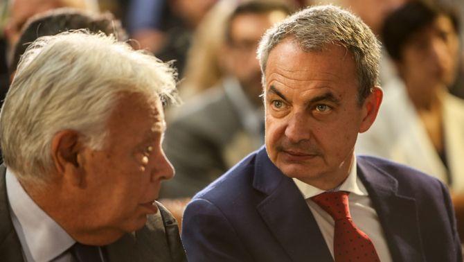 Els expresidents del govern espanyol Felipe González i José Luis Rodríguez Zapatero, en un acte a La Moncloa el 2018
