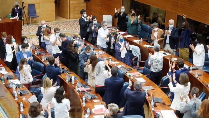 Diputats de l'Assemblea de Madrid aplaudeixen el diputat de Podem Serigne Mbaye