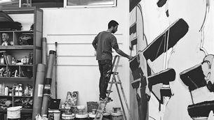 """Aryz, un dels muralistes que participen a """"La pell dels murs"""""""