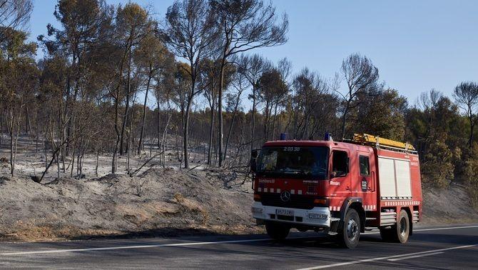 Un camió de Bombers, circula aquest diumenge per una zona cremada en l'incendi de Ventalló