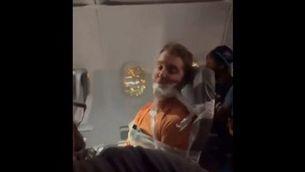 Un passatger, lligat al seient amb cinta adhesiva