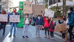 Famílies manifestant-se pels carrers en la #Revolta Escolar