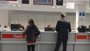 Dues persones són ateses a l'Agència Tributària de Catalunya (ACN/Aina Martí)