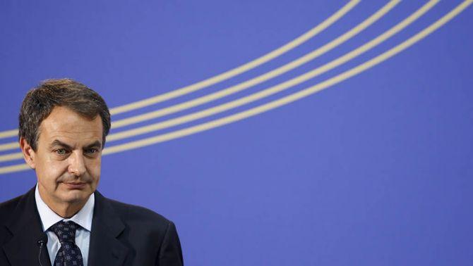 """Zapatero redueix el sou dels funcionaris, congela les pensions i suprimeix el """"xec nadó"""" en el seu pla d'austeritat"""