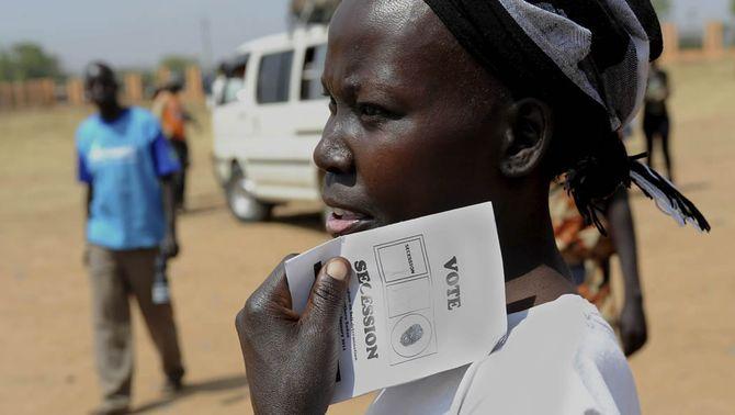 Una noia amb una papereta que publicita la secessió en el referèndum al sud del Sudan. (Foto: EFE)