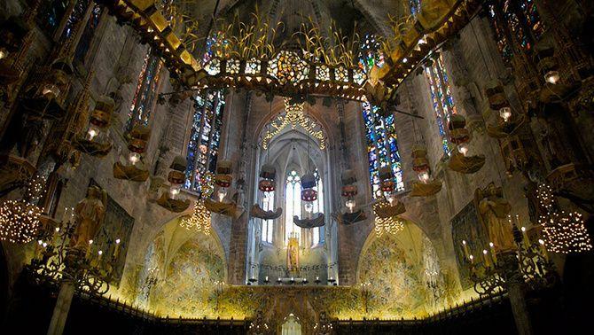 """""""El bisbe, l'arquitecte i el baldaquí"""" reviu la reforma que Antoni Gaudí va fer a la catedral de Mallorca"""