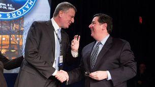 Els alcaldes de Nova York i Pittsburgh, Bill de Blasio i Bill Peduto, durant una convenció d'alcaldes, l'any 2014 (Reuters)