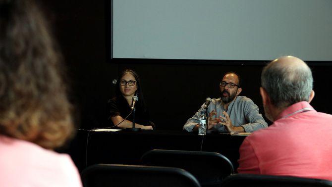Pla general de la presentació de 'Doce', amb el director i coreògraf de l'obra, Juan Carlos Lérida, i la directora del Mercat de les …