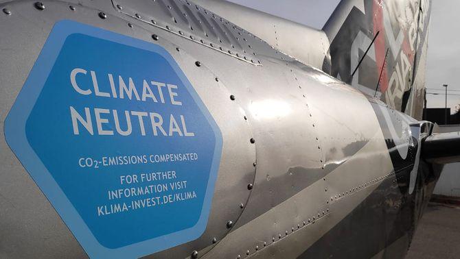 Pla obert d'una avioneta de l'empresa Skydive Empuriabrava amb una enganxina de responsabilitat mediambiental. Imatge cedida a l'ACN …