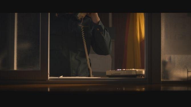 Un agent respon a una trucada de telèfon
