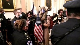 Manifestants s'encaren amb la policia a l'interior del Congrés (Reuters/Mike Theiler)
