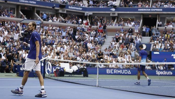 Medvédev, celebrant un punt amb Djokovic al fons