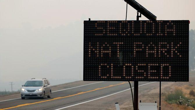 El Sequoia National Park està tancat i s'han evacuat tots els residents de la zona per l'amenaça del foc (Reuters/Fred Greaves)