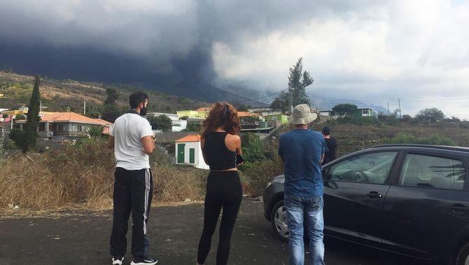 Veïns desallotjats observen el núvol de cendra del volcà des de Tijuya, a La Palma Cumbre Vieja