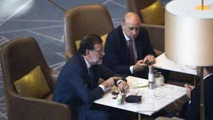 Mariano Rajoy conversant amb Jorge Fernández Díaz (EFE)
