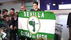 Marc Bartra, rebut com un ídol al Betis
