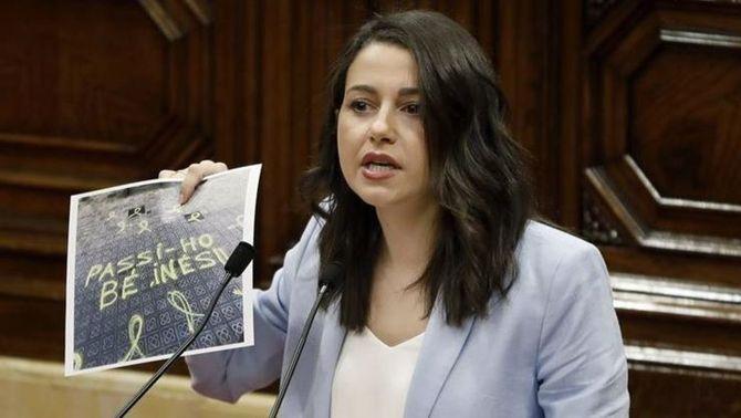 La cap de l'oposició mostrant una foto amb un missatge que li han escrit davant de casa seva (EFE)