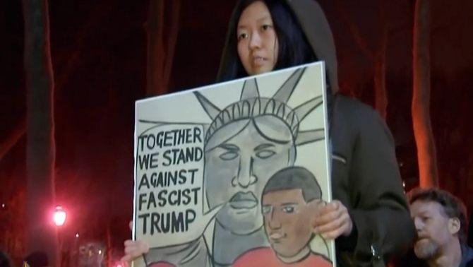 Una manifestant protesta contra la política migratòria de Trump