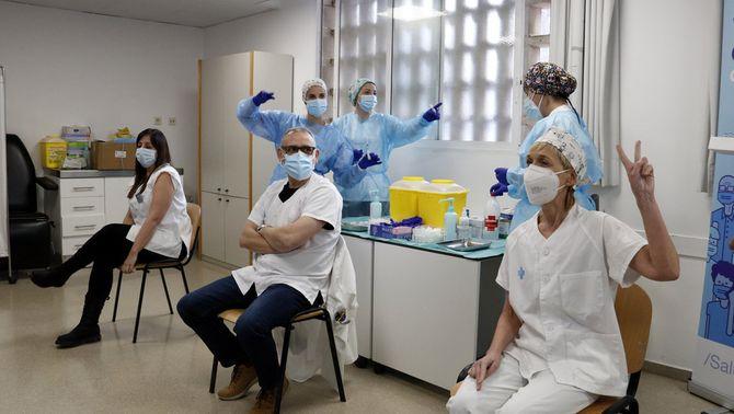 Tres professionals sanitaris es vacunen al CAP de Balàfia-Pardinyes de Lleida