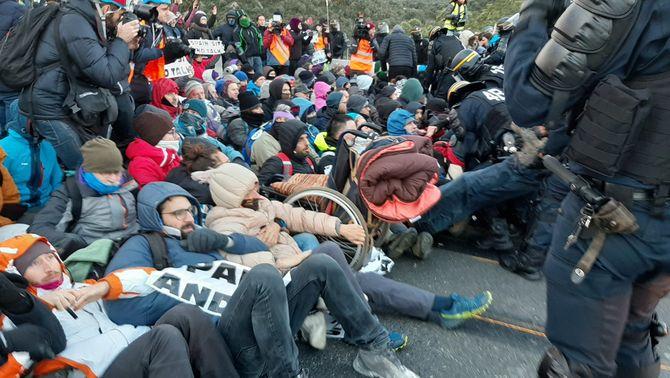 Manifestants de Tsunami Democràtic en el tall de la frontera del 12 de novembre del 2019 (ACN / Gerard Vilà)