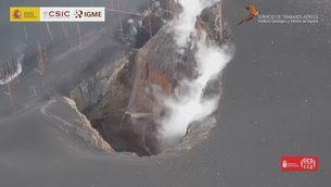 Les imatges d'una de les boques del volcà de La Palma més a prop que mai