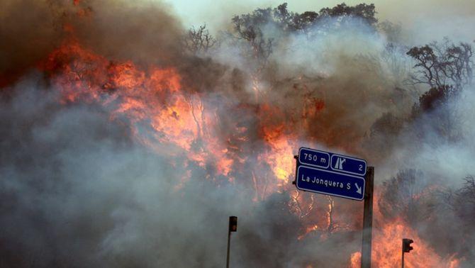 Els mitjans aeris s'incorporen per apagar el foc de la Jonquera després de cremar 9.000 hectàrees