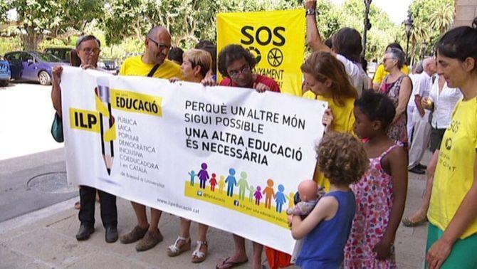 Entren al Parlament les més de 94.000 firmes recollides per la ILP d'educació