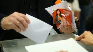 Un simpatitzant de Ciutadans vota aquest dijous a Barcelona (Reuters)