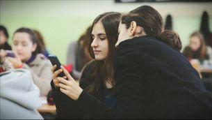 Impulsen una ILP per prohibir els mòbils a les aules