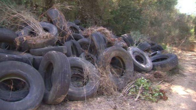 Un cementeri de milers de pneumàtics en plena natura al bosc de Tossa de Mar