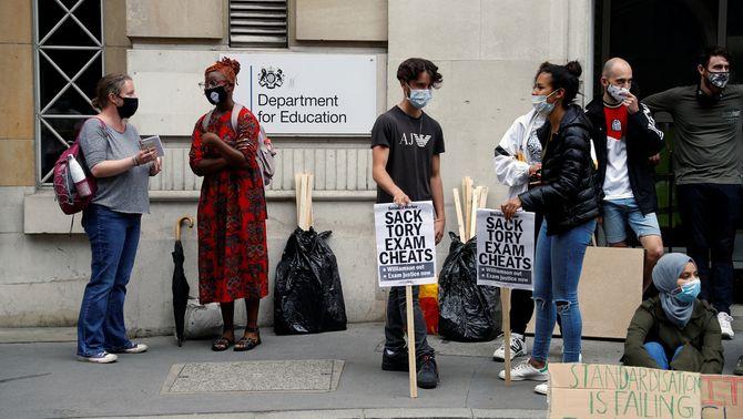 Revolta educativa al Regne Unit per l'algoritme injust que ha substituït la selectivitat