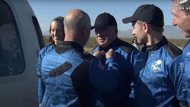 Jeff Bezos ha donat a Shatner un pin que l'acredita com a astronauta (Blue Origin)