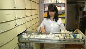 Una farmacèutica busca un medicament.