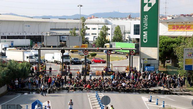 L'entrada al CIM Vallès, aquest dilluns, tallada per activistes dels CDR (ACN)