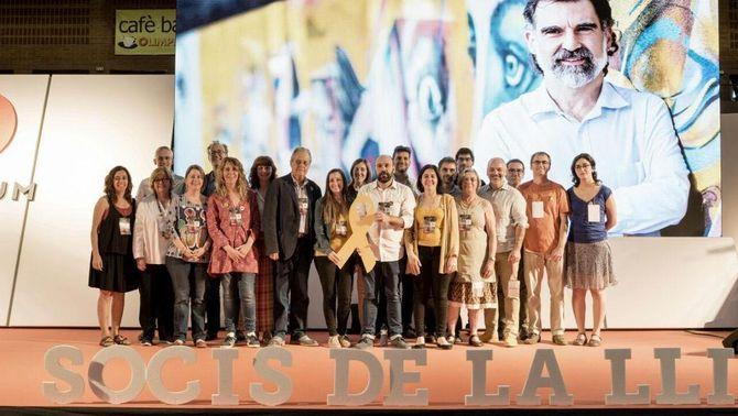 La junta d'Òmnium, amb Jordi Cuixart al fons