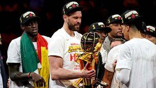 Marc Gasol amb el trofeu de campió de l'NBA
